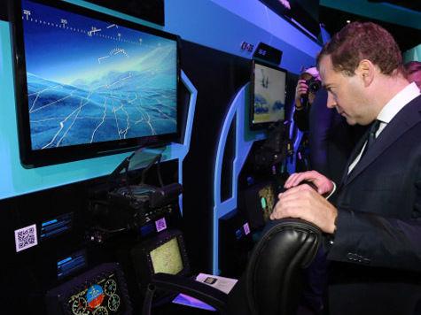 Дмитрий Медведев на авиасалоне побывал в роли космонавта