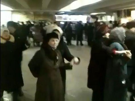 Пенсионеры устроили флэшмоб в метро. ВИДЕО