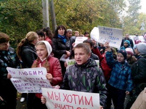 Столичные школьники взяли штурмом районную управу