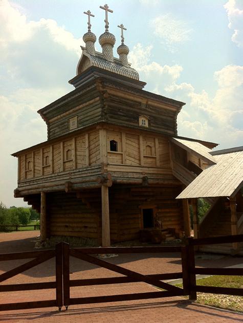 Уникальную церковь доставили из Архангельской области по частям