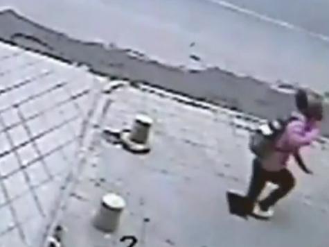 Девушка-подросток из Китая провалилась под асфальт на шесть метров ВИДЕО