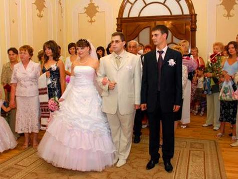 Опасаться жары не стоит женихам и невестам, которые намерены вступить в брак этим летом