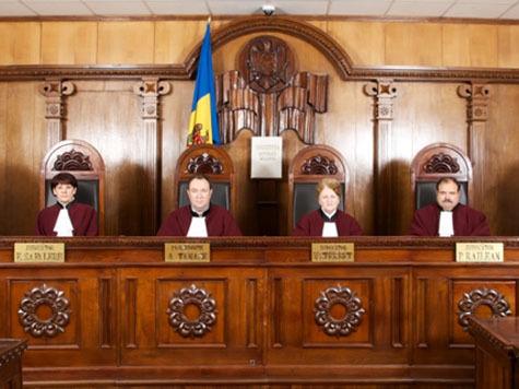 Пять из шести представителей Конституционного суда Молдавии являются гражданами Румынии.