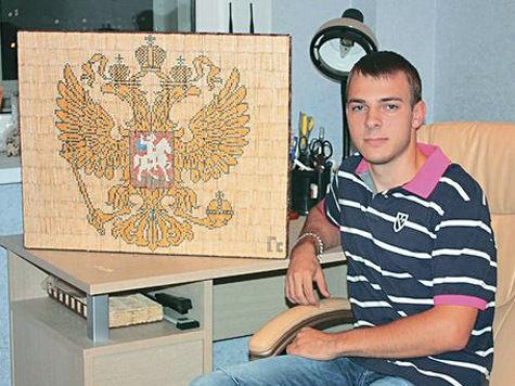 Москвич превратил 41600 спичек в Герб России