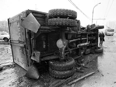 Грузовик бросался в водителей бетонными плитами