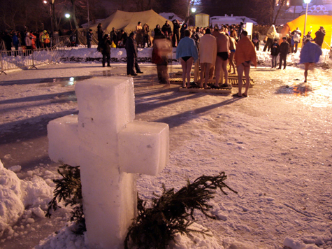 «Морж»-экстремал рискует жизнью подо льдом