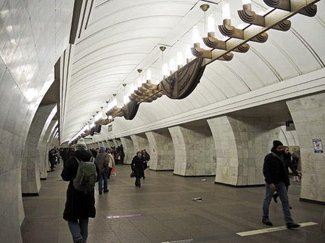 Пассажирам метро поднесут стакан воды