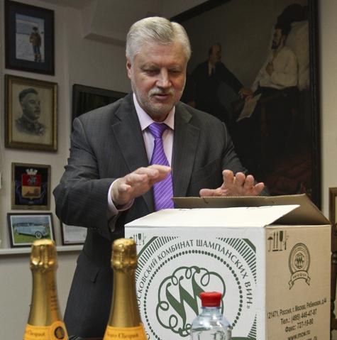 """Лидер """"СР"""" получил ящик шампанского и в ответ подарил нам два"""
