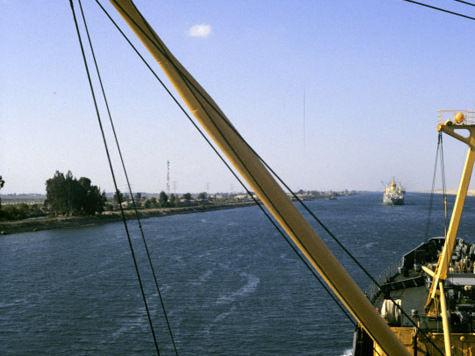 СМИ: Египет закроет Суэцкий канал для прохода американских кораблей