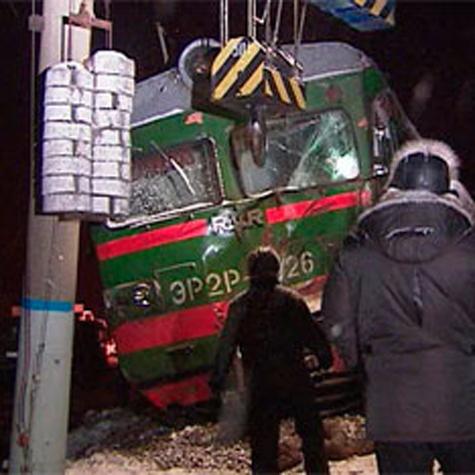Водитель направил под электричку грузовик с мебелью