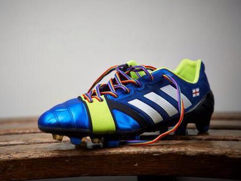 Английским футболистам предложили играть в радужных шнурках в поддержку секс-меньшинств
