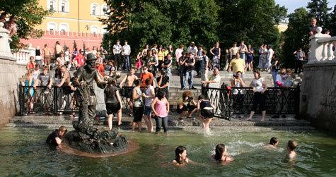В рекордно жаркие выходные горожане оккупировали пляжи, купались  в фонтанах и пили... водку