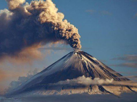 Пеплом вулкана Ключевской засыпало камчатский поселок