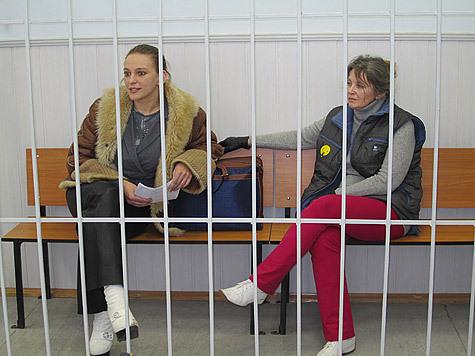 Мать и дочь с одинаковым именем — Елена Николаевна Гофман, получившие скандальную славу аферисток, отправились во вторник за решетку по приговору Ногинского городского суда