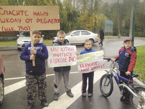 Вокруг школы в Молжанино возводят баррикады