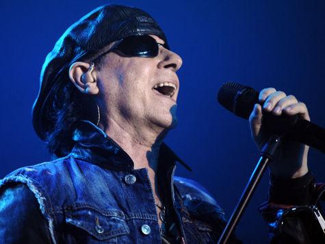 Вокалист Scorpions Клаус Майне спел по телефону для пациента российского хосписа Алексея Аничкина