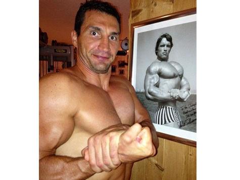 Кличко и Шварценеггер меряются мускулами в Твиттере