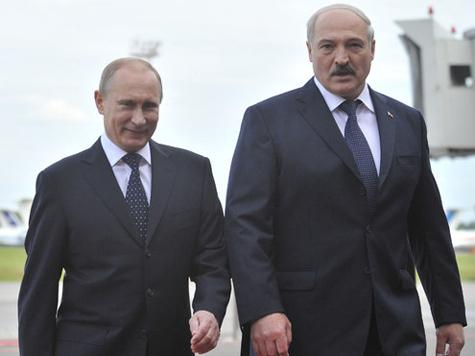 Москва взяла «под крыло» белорусского президента. Тот не против: лишь бы Кремль ему с деньгами помогал