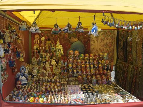Обложить данью продавцов сувениров на смотровой площадке Воробьевых гор попытался московский студент