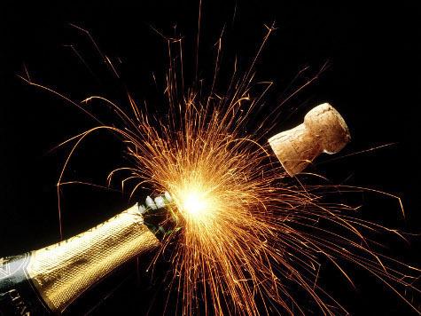 Ученые объяснили, как правильно наливать и пить шампанское