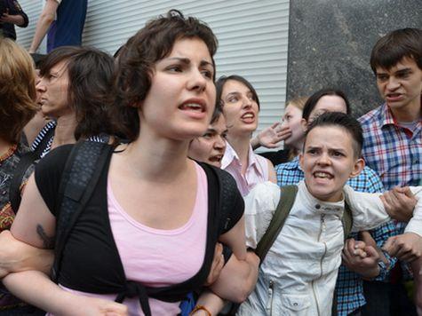 Около 200 человек пытаются прекратить митинг ЛГБТ-сообщества