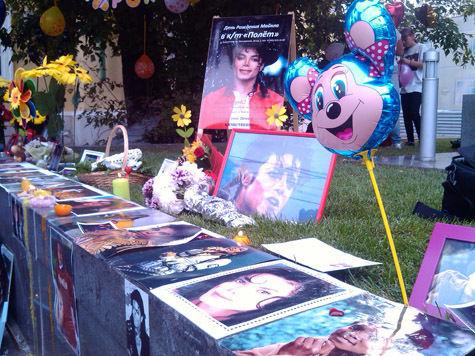 У посольства США в Москве прошла акция памяти Майкла Джексона