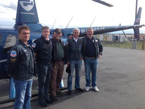 Небо,  пилоты  и два вертолета