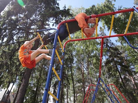 Учить современных детей дворовым играм, в которые так любили играть наши бабушки и дедушки, планируют все лето власти Северного округа Москвы