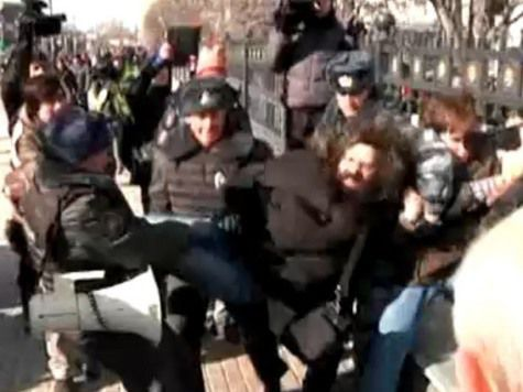 По пикетчикам за Pussy Riot ударили главами из Библии и полицией