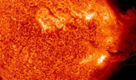 Вчера Солнце выбросило огромное количество плазмы, которая, опустившись, покрыла почти половину поверхности светила