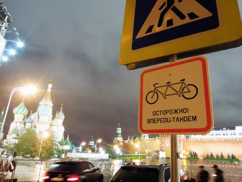 """""""Городские партизаны"""" вешают дорожные указатели против коррупции  и существующей власти"""