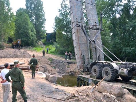 Военные за час построили мост, который жителям обещали только в октябре