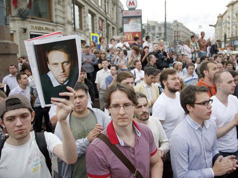 Сторонники Навального сорвали с полицейского погоны