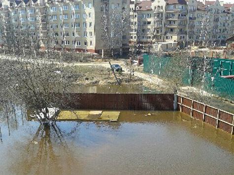 В Звенигороде затопило целый микрорайон: жильцы прячутся на крышах