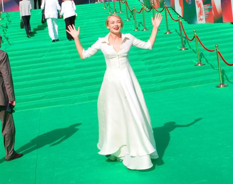 После расставания с Воробьевым Акиньшина появилась с цветами в руке и белом платье
