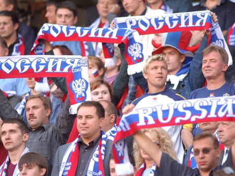 Российских болельщиков клеймят за избиение стюарда и брошенные файеры, но и наших точно так же избивают