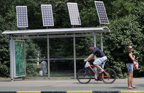 На улицах города появились остановки на батареях и с выходом в Интернет