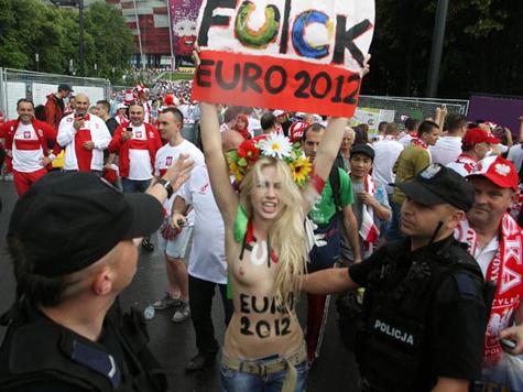 Феминистки пытались прорваться на матч Украина-Швеция в Киеве