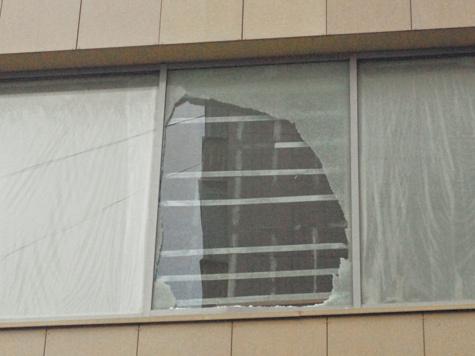 Стеклянный дом бросался окнами в прохожих