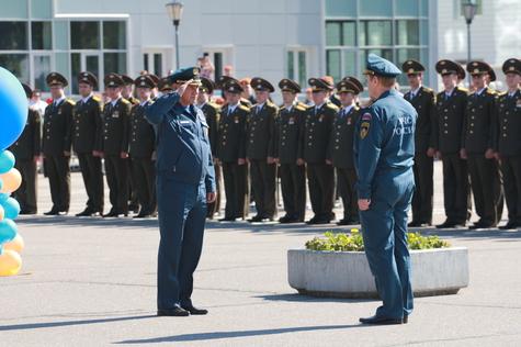 Отличникам дипломы вручил глава министерства Сергей Шойгу