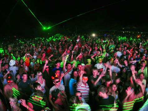 Любители танцевать соревнуются в метании сотовых телефонов