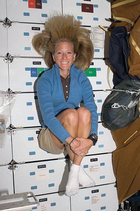 Как помыть длинные волосы в космосе - рассказывает астронавтка