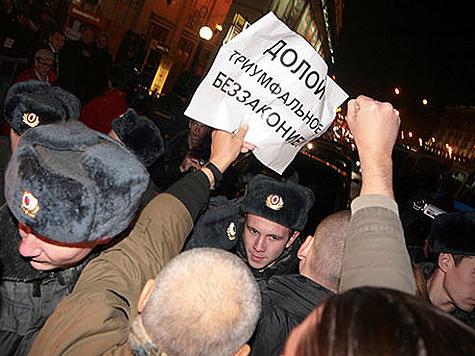 Митинг 31-го октября на Триумфальной площади имел невероятный с точки зрения здравого смысла статус, поскольку он одновременно был разрешенным и неразрешенным