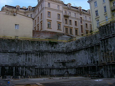 Москвич погиб в своем дворе, упав в котлован