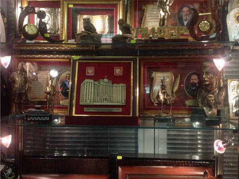 Бюсты и статуэтки генералиссимуса — новый парламентский сувенир