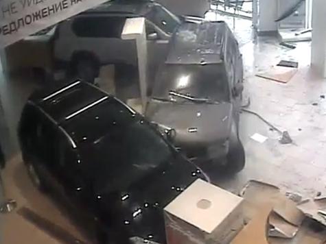 Врач разгромил автосалон из страха за свою семью