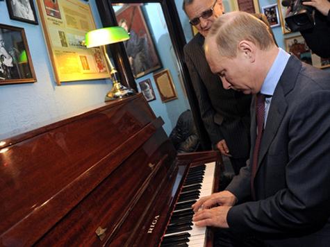 Путин исполнил на пианино гимн Петербурга