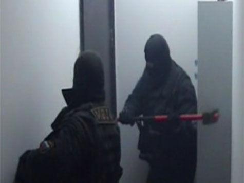 Афера на 15 миллиардов рублей: силовики разбивают терминал молотком, мошенник показывает личико