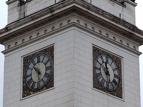 Чтобы хронометр на башне показывал точное время, его надо раз в год остановить