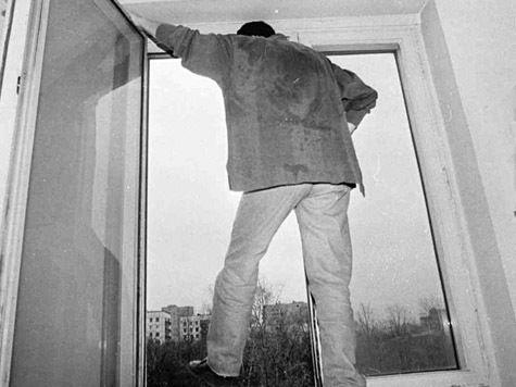 Задушив жену, супруг ушел из жизни через окно
